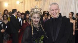 Madonna a dizajnér Jean Paul Gaultier, ktorý pre ňu zhotovil model v rámci línie haute couture.