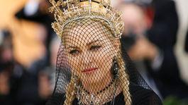 Madonna zakryla tvár sieťkou a na hlavu si položila korunku s krížami.