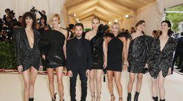 Mica Arganaraz, Anja Rubik, dizajnér Anthony Vaccarrello a modelky Amber Valletta, Kate Moss, boháčka Charlotte Casiraghi a herečka Charlotte Gainsbourg - všetxi reprezentovali značku Saint Laurent.