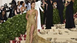 Modelka Irina Shayk v kreácii Versace.