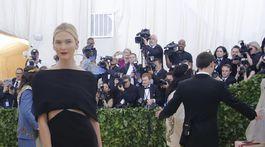 Modelka Karlie Kloss v kreácii Brandon Maxwell.