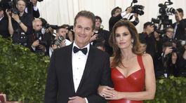 Podnikateľ Rande Gerber a jeho manželka Cindy Crawford (oblečená v značke Versace).