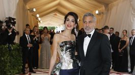 Právnička Amal Clooney v kreácii od Richarda Quinna. Na snímke s manželom Georgom Clooneym.