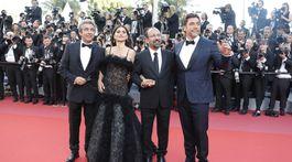 Režisér Asghar Farhadi (tretí zľava) a herci (zľava) Ricardo Darin Penelope Cruz a Javier Bardem spoločne uviedli novinku Všetci vedia.