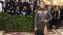 Speváčka a herečka Jennifer Lopez v kreácii Balmain.