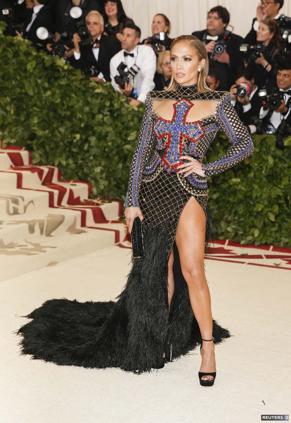 Speváčka a herečka Jennifer Lopez v kreácii...