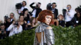 Speváčka a herečka Zendaya v kreácii Atelier Versace.