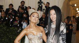 Speváčka Ariana Grande (vľavo) a dizajnérka Vera Wang, ktorá navrhla jej šaty.