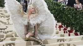 """Speváčka Katy Perry pózuje fotografom ako """"padlý anjel""""."""