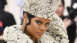 Speváčka Rihanna a jej kardinálska koruna.