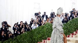 Speváčka Rihanna pózuje fotografom.