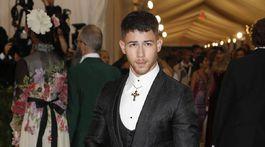 Spevák a herec Nick Jonas v kreácii Dolce & gabbana.
