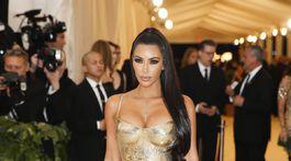 Televízna celebrita Kim Kardashian v kreácii Versace.