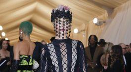 Topmodelka Cara Delevingne v kreácii Christian Dior Couture.