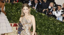 Topmodelka Gigi Hadid v kreácii Atelier Versace.