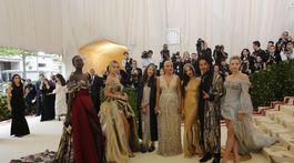 Zľava: Alek Wek, Jasmine Sanders, Valerie Messika, Kiersey Clemons, Olivia Munn, Luka Sabbat a Lili Reinhart prišli ako vyslanci značky H&M.