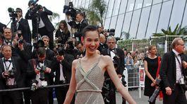 Herečka Kiko Mizuhara pózuje v kreácii Christian Dior Couture.