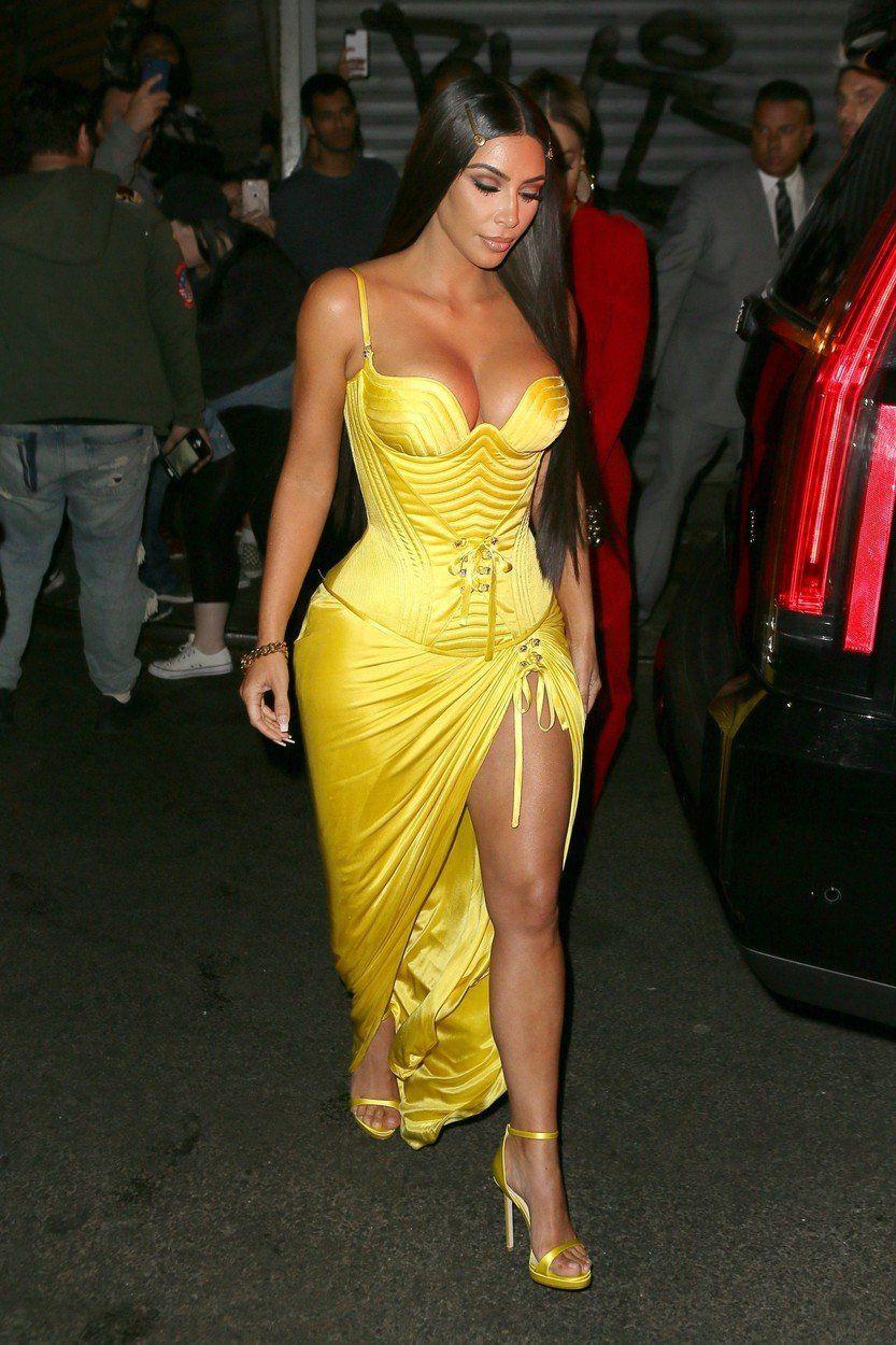 42a7d6ef02eb Televízna celebrita Kim Kardashian v šatách z.