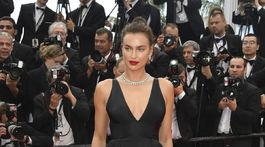 Modelka Irina Shayk pózuje na premiére filmu Yomeddine v Cannes.