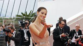Talianska modelka a herečka Marica Pellegrinelli pózuje na červenom koberci v Cannes.