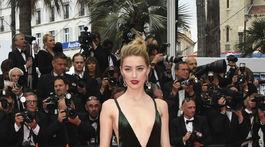 Herečka Amber Heard prišla na slávnostnú premiéru v kreácii Valentino.
