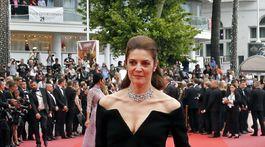 Herečka Chiara Mastroianni prichádza na premietanie v kreácii Saint Laurent.