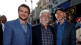 Režisér Ron Howard (vpravo), s hercom Aldenom Ehrenreichom (vľavo) a Georgem Lucasom.