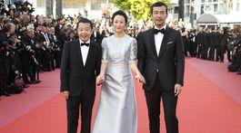 Režisér Jia Zhangke (vľavo) s hercami Zhao Tao a Fan Liao.