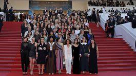 82 žien protestovalo v Cannes za rovnosť príležitostí aj platov, nielen vo filmovej brandži. Objavili sa medzi nimi slávne herečky aj režisérky.