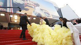 Celebrita Araya Hargate potrebovala na svoje masívne šaty niekoľko asistentov.