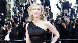 Herečka Cate Blanchett prichádza na slávnostnú premiéru - v kreácii Armani Privé.