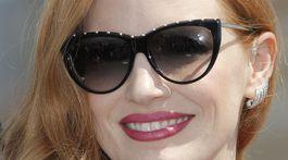Herečka Jessica Chastain a jej model slnečných okuliarov.