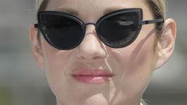 Herečka Marion Cotillard predviedla extravagantné slnečné okuliare.