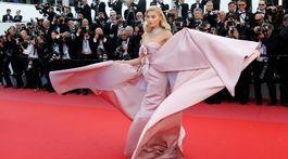 Modelka Elsa Hosk sa predvádza na premiére filmu Dievčatá slnka.