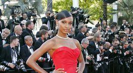 Modelka Jasmine Tookes stavila na klasickú červenú večernú toaletu.