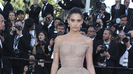 Modelka Sara Sampaio vyzerala očarujúco v kreácii z kolekcie couture.