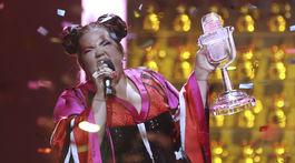Netta z Izraela oslavuje s trofejou Eurovízie svoje víťazstvo.