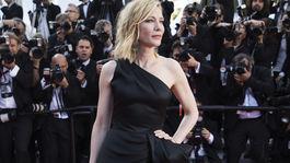 Prezidentka poroty Cate Blanchett prichádza v kreácii Armani Privé.