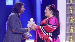 Protugalský spevák Salvador Sobral gratuluje speváčke Nette z Izraela.