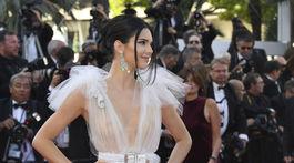Topmodelka Kendall Jenner v kreácii Schiaparelli Haute Couture predviedla opäť obnažené poprsie.
