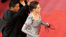 Herečka Kristen Stewart si vyzula lodičky a do kina vyšla bosá.