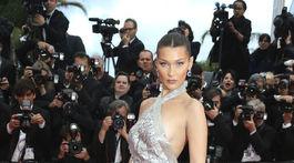 Modelka Bella Hadid pózuje fotografom.