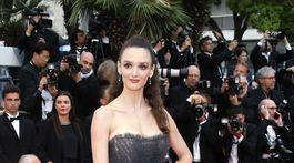 Modelka Charlotte Le Bon v kreácii Christian Dior Haute Couture.