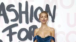 Modelka Daphne Groeneveld sa predviedla v zamatovej kreácii.