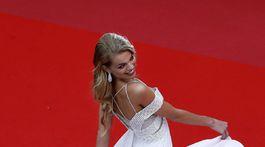 Modelka Daphne Groeneveld zvolila anjelsky bielu farbu.