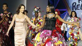 Naomi Campbell (v strede) s kolegyňami - zľava Maria Borges, Bella Hadid, Winnie Harlow a Natalia Vodianova