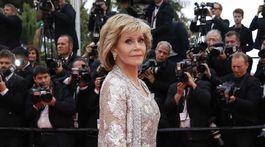 Očarujúca Jane Fonda v kreácii Valentino Haute Couture.