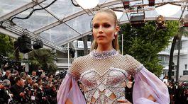 Topmodelka Natasha Poly v kreácii Atelier Versace.