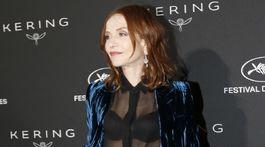 Herečka Isabelle Huppert predviedla svoje krivky pod priehľadnou blúzkou.