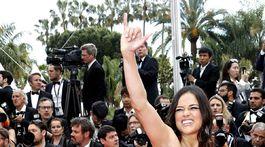 Herečka Michelle Rodriguez si musela strážiť neposedné šaty.